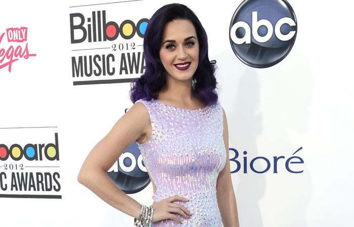 Sångerskan Katy Perry matchar sitt mörklila hår med en gotisk makeup.