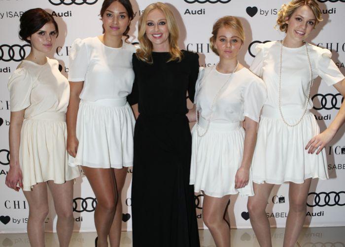 Isabel med vitklädda gäster