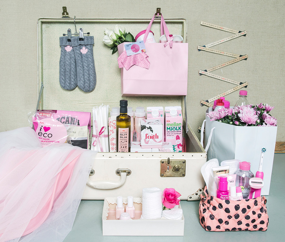 Elsa Billgren har gjort en liten installation av en del av de rosa prylarna.