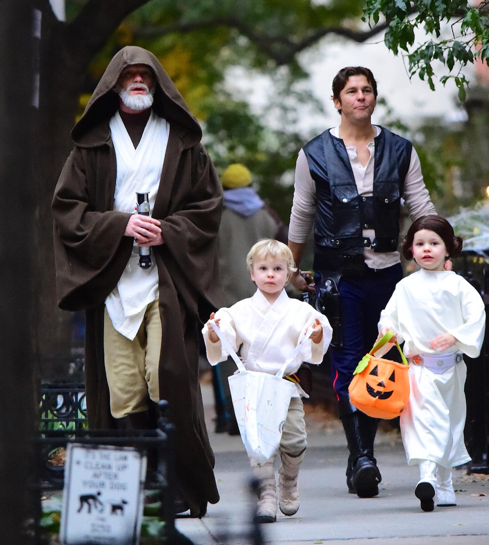 """En anan kändis som älskar Halloween och klär ut hela familjen är Neil  Patrick Harris. Här har de dragit på sig dräkter från """"Star Wars"""". bf1cc79094c85"""