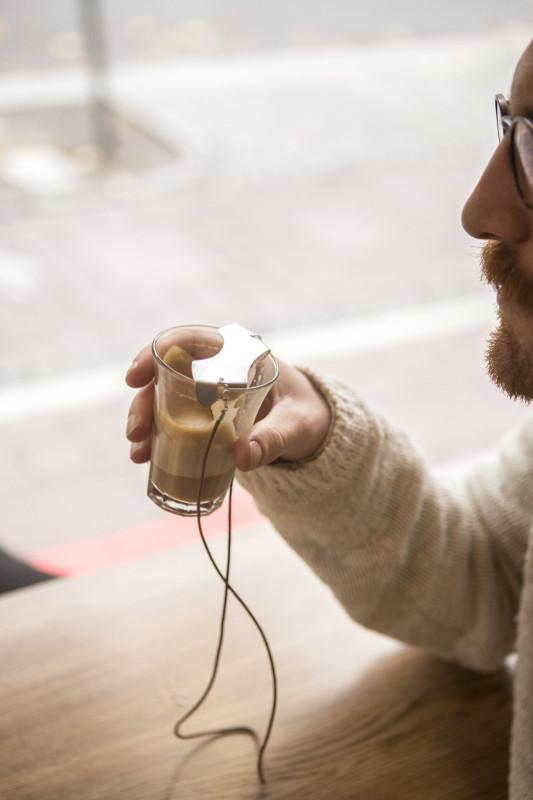 En kopp kaffe. Mmm, det ska allt smaka det! Och med skyddet på koppen går det dig väl.